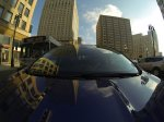 samochód marki ford na tle wieżowców