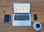 laptop i kawa na stole