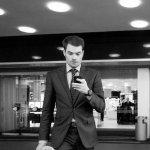 elegancki mężczyzna w garniturze