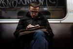 mężczyzna w metrze