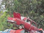 czerwony samochód na złomowisku