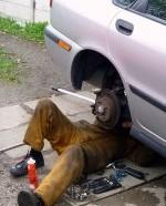 mechanik pod samochodem