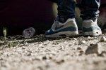 chłopak w butach - air max z zieloną łyżwą